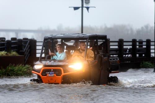 Ein Paar fährt auf den überfluteten Strassen. (Bild: Jim Lo Scalzo/EPA (Wilmington, 14. September 2018))