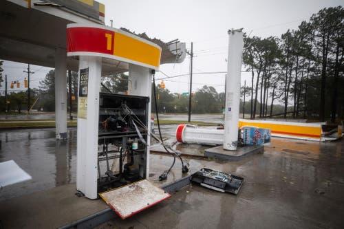 Die markise einer Shell-tankstelle wurde vom Hurrikan weggerissen.(Bild: Jim Lo Scalzo/EPA (Wilmington, 14. September 2018))