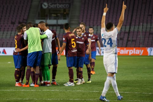 Während die Genfer ihren Mitspieler Alexis Antunes trösten, der seinen Penalty nicht verwerten konnte, feiern die Luzerner mit den mitgereisten Fans. (Bild: Keystone/Salvatore Di Nolfi)