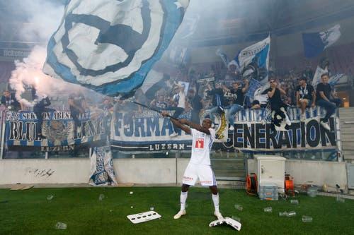 Blessing Eleke feiert den Sieg mit den Fans. (Bild: Keystone/Salvatore Di Nolfi)