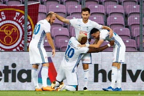 Blessing Eleke (10), feiert sein Goal mit Valeriane Gvilia, links, Otar Kakabadze, Zweiter von rechts, und Ruben Vargas, rechts. (Bild Keystone/Salvatore Di Nolfi)