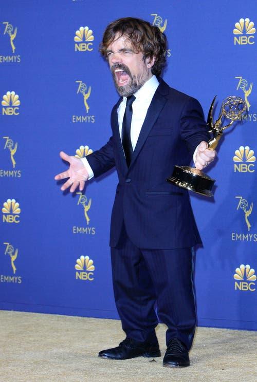 Peter Dinklage hält seinen Emmy für «Darsteller in einer Nebenrolle in einer Drama-Serie». (Bild: EPA/Nina Prommer, 17. September 2018)