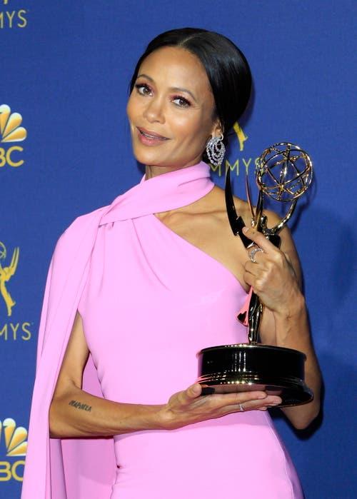 Thandie Newton mit ihrem Emmy für «Beste Nebendarstellerin in einer Drama-Serie» in «Westworld». (Bild: EPA/Nina Prommer, 17. September 2018)
