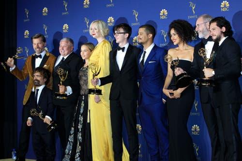 Die Besetzung von «Game of Thrones» posiert mit den sechs Emmys, die sie gewonnen haben. Neben den schauspielerischen Leistungen wurde die Serie für Make-Up, Kostüme, Musikkomposition und Stunt-Koordination ausgezeichnet. (Bild: EPA/Nina Prommer, 17. September 2018)