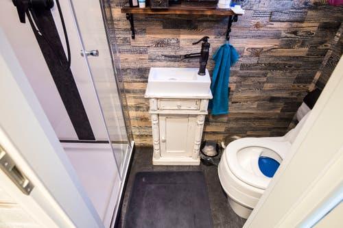 Dusche, Toilette und Waschbecken.