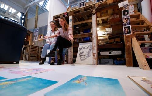 Die Künstler des Atelier 63 in der Shedhalle stellen ihre Arbeiten. Künstlerin Sara Kemény (rechts) zeigt ihrer Mutter Maria Martins ihre aktuellen Arbeiten in ihrem Atelier. (Bild: Stefan Kaiser (Zug, 1.September 2018))