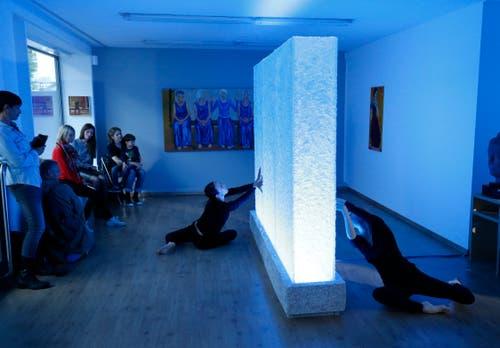Die «Site-specific-Tanz Performance» in der Galerie Malte Frank begeistert das Publikum. (Bild: Stefan Kaiser (Zug, 1.September 2018))