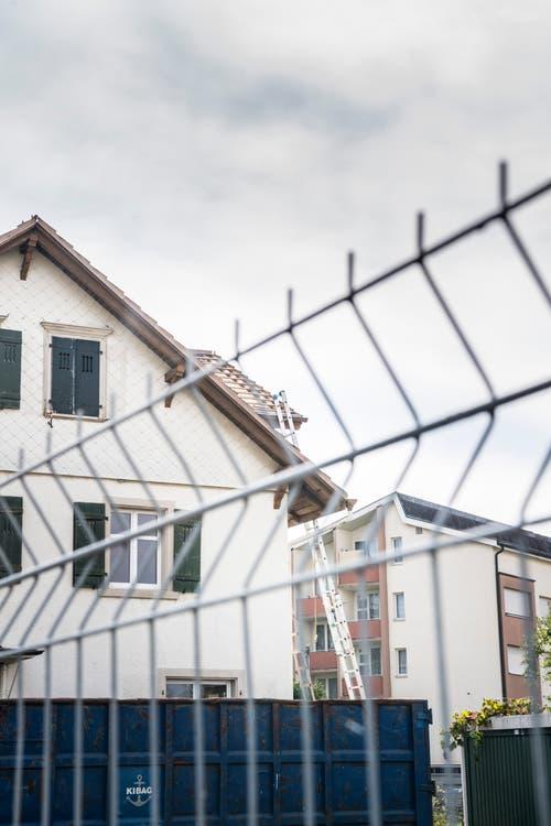 Die Häuser, welche abgebrochen werden, sind umzäunt. (Bild: Andrea Stalder)