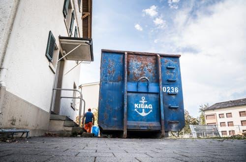 Im blauen Container sammeln sich Fensterläden und Bauschutt. (Bild: Andrea Stalder)