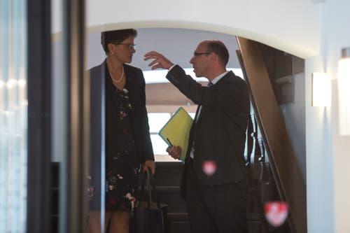 Regierungsrätin Maya Büchi und Landamann Christoph Amstad besprechen sich. Bild: Dominik Wunderli (Sarnen, 23. September 2018)