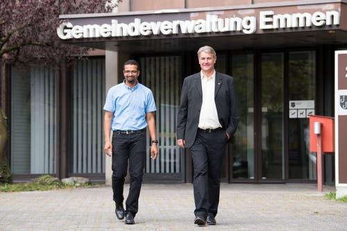 Brahim Aakti (links) und Patrick Schnellmann, die beiden frischgewählten Gemeinderäte, vor der Emmer Gemeindeverwaltung im Gersag. (Bilder: Eveline Beerkircher, 23.September 2018)