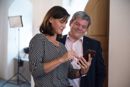 Für die SVP war das Nein zum Finanzpaket ein Erfolg, entsprechend freut sich Parteipräsidentin Monika Rüegger, hier mit Parteikollege und Regierungsrat Daniel Wyler. Bild: Dominik Wunderli (Sarnen, 23. September 2018)