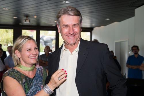 Der neue CVP-Gemeinderat Patrick Schnellmann freut sich mit seiner Frau.