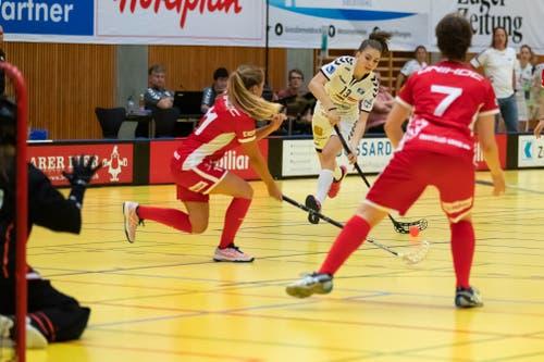 Ronja Bichsel (Mitte) zieht ab gegen Frauenfelds Seraphine Geiser (links) und Orsolya Stipsicz. (Bild: Roger Zbinden, (Zug, 22. September 2018))
