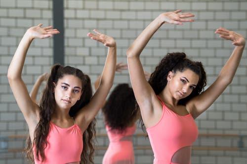 Sie sind bereit für die Weltmeisterschaft in Prag: Lorena Zumstein (links) und Annette Meier in der Ballett Akademie in Kriens. (Bilder Eveline Beerkircher, 22. September 2018).