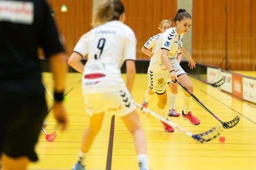 Zugs Michelle Krähenbühl (Nummer 9) und die 1:0-Torschützin Ronja Bichsel. (Bild: Roger Zbinden, (Zug, 22. September 2018))