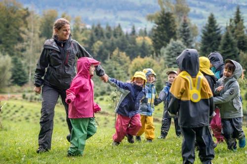 Um sich aufzuwärmen, spielen die Kinder ein Fangspiel. (Bild: Pius Amrein, Meggen, 24. September 2018)