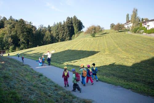 Nachdem sich die Kleinen beim Kindergarten in Rothenburg begrüssen, nehmen sie den Weg zum Wald unter ihre Füsse. (Bild: Pius Amrein, Rothenburg, 19. September 2018)