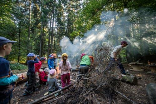 Die Kinder sind begeistert von ihrem Feuer. (Bild: Pius Amrein, Rothenburg, 19. September 2018)