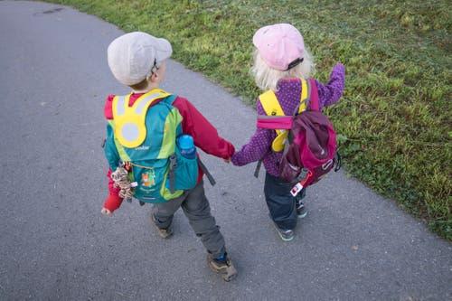Der Weg führt die Kindergärtler zuerst über die Strasse, dann an Wiesen entlang bis zum Waldrand. (Bild: Pius Amrein, Rothenburg, 19. September 2018)