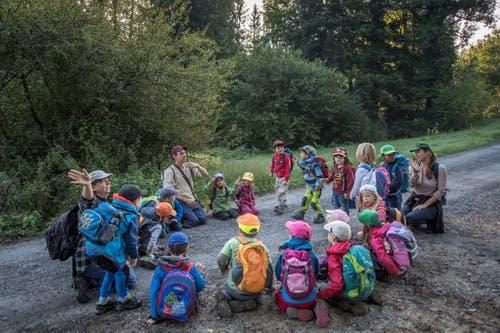 Unterwegs ist es wichtig, immer wieder zusammenzukommen und die Kinder durchzuzählen. (Bild: Pius Amrein, Rothenburg, 19. September 2018)