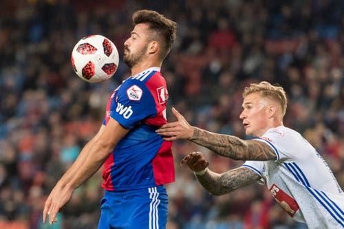 Basels Albian Ajeti, links, kämpft um dem Ball gegen Luzerns Marvin Schulz. (Bild: KEYSTONE/Alessandro della Valle)