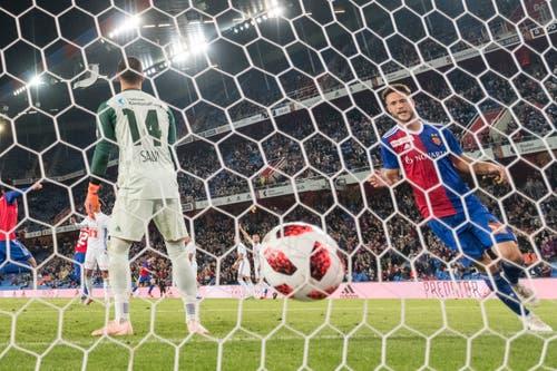 Der Ball ist zum 1:0 im Tor, Basels Ricky van Wolfswinkel, rechts, jubelt. (Bild: KEYSTONE/Alessandro della Valle)