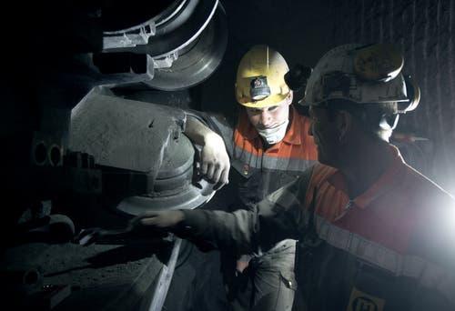 Sicherheitsstollen A8-Tunnel Sachseln: Besuch auf der Baustelle mit Wechsel der Rollenmeissel. (Bilder: Corinne Glanzmann (Sachseln, 8. April 2015))