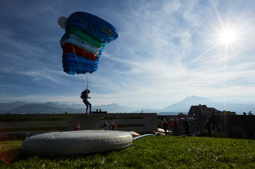Es wird aus 1000 Metern gesprungen und auf einem Punkt gelandet. (Bild: Jakob Ineichen, 26. September 2018)