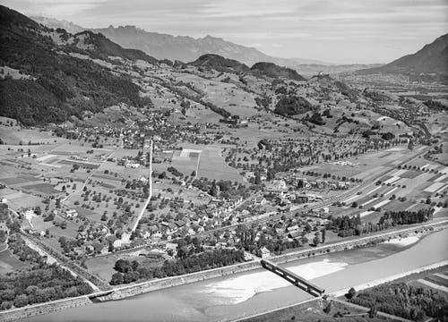 Trübbach mit der alten Holzbrücke über den Rhein. (Bild: Staatsarchiv St.Gallen)