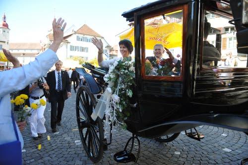 Doris Leuthard steigt am Umzug der Zentralfest der Schweizerischen Studentenvereine aus der Kutsche. (Bild: Corinne Glanzmann (Sursee, 28. August 2011))