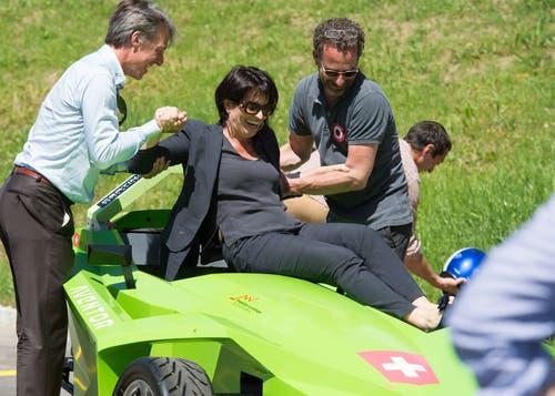 Doris Leuthard steigt in einen Formel-E Rennwagen während der Bundesratsreise. (Bild: Lukas Lehmann/Keystone (St. Imier, 7. Juli 2016))