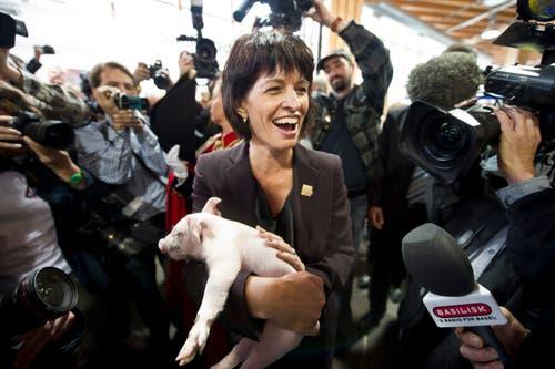 Doris Leuthard hält an der Olma ein Schweinchen. (Bild: Ennio Leanza/Keystone (St. Gallen, 7. Oktober 2010))