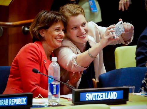 Doris Leuthard und Sophie Neuhaus Schweizerischen Arbeitsgemeinschaft der Jugendverbände (SAJV) beim Selfie im Hauptsitz der Vereinten Nationen. (Bild: Bebeto Matthews/AP (New York, 17. Juli 2018))