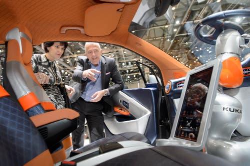 Doris Leuthard mit Rinspeed-CEO Franck Rinderknecht am Automobilsalon. (Bild: Martial Terzzini/Keystone (Genf, 5. März 2015))
