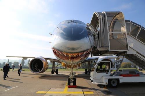Das Demosntrationsflugzeug mit dem aggressiven Haifischmaul wurde schon am Mittwoch am Flughafen Zürich vorgeführt, zusammen mit einer anderen Airline. (Bild: Vivien Huber)