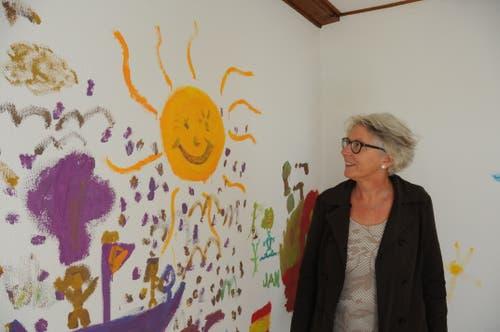 Theres Odermatt, Schulzentrumsleiterin Turmatt und Initiantin der Aktion, vor einem von Schulkindern gemalten Bild. (Bild: Philipp Unterschütz (Stans, 27. September 2018))