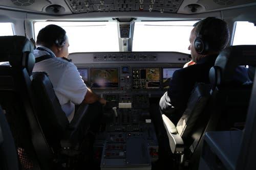 Die Schaltflächen im Cockpit dominieren Bildschirme. (Bild: Vivien Huber)