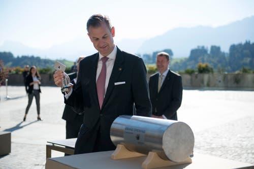General-Manager Robert P. Herr legt Schlüssel in die Zeitkapsel. (Bild: Corinne Glanzmann (Bürgenstock, 28. September 2018))