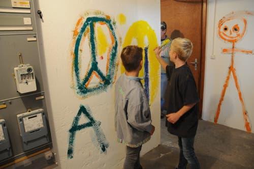 Keine Wand ist vor den Malereien der Kinder sicher. (Bild: Philipp Unterschütz (Stans, 28. September 2018))