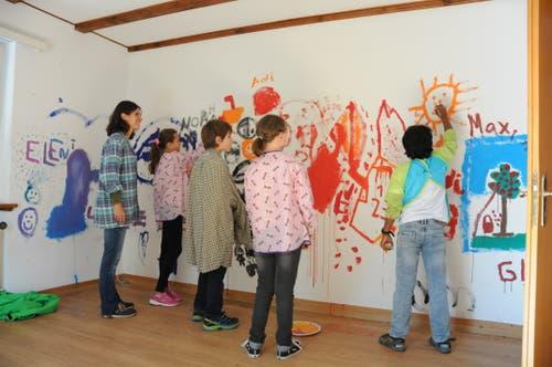 Kinder der Klassen MS 1d und 1b von Rainer Wolf und Denise Wiget bemalen eine Wand. (Bild: Philipp Unterschütz (Stans, 28. September 2018))