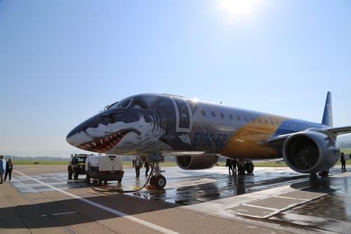Am Freitag hat der Hersteller zusammen mit der Kundin, der People's Airline, das Flugzeug in Altenrhein Politikern, Vielfliegern und der Presse vorgeführt. (Bild: Vivien Huber)