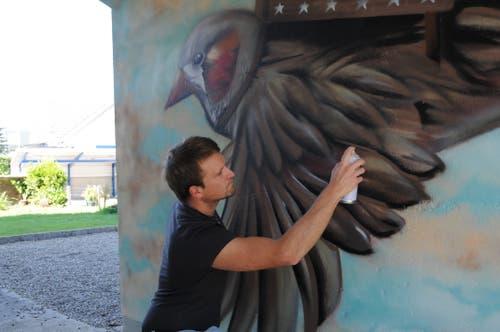 Manuel Lucadamo vom Verein P28 arbeitet an seinem Graffiti. (Bild: Philipp Unterschütz (Stans, 27. September 2018))