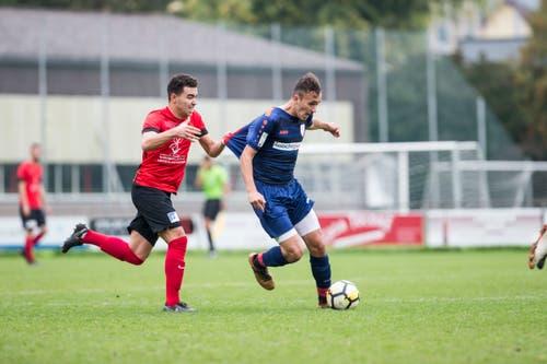 Kickers-Spieler Yahia Abaidia zieht Sursee-Spieler Florentin Prenrecay zurück. (Bild: Manuela Jans-Koch (Luzern, 29. September 2018))