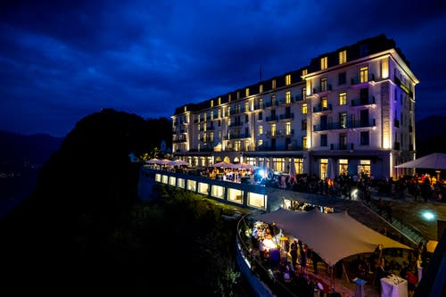 Das Bürgenstock-Hotel erstrahlt im Glanz des Abendlichts.