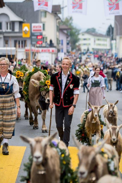 Die Älplerfamilien sind am Samstag von Tausenden Zuschauern am Strassenrand begrüsst worden. (Bild: Nadia Schärli (Schüpfheim, 29. September 2018))