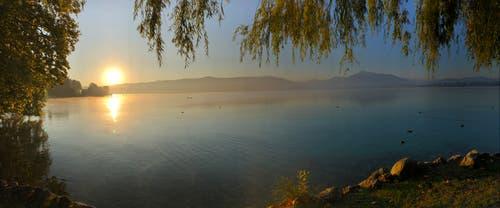 Sonnenaufgang über dem Zugersee. (Bild: Manuel Dietrich (Cham, 28. September 2018))