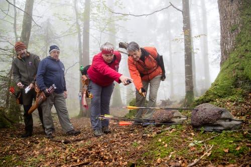 Urs Bürli, Hansruedi Schorno, Alice Zimmermann und Vreni Kunz (von links) schauen sich die Treffer an. (Bild: Philipp Schmidli (Mörlialp, 29. September 2018))