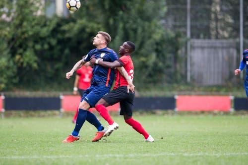Elvis Bratanovic vom FC Sursee (vorne) gegen Stephane Munduki von Kickers Luzern. (Bild: Manuela Jans-Koch (Luzern, 29. September 2018))