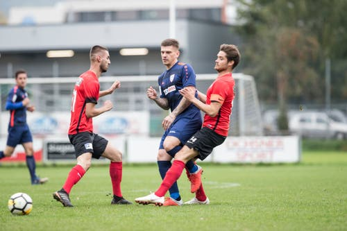 Elvis Bratanovic vom FC Sursee gegen die Kickers-Spieler Granit Palushi (links) und Philippe Fischer. (Bild: Manuela Jans-Koch (Luzern, 29. September 2018))